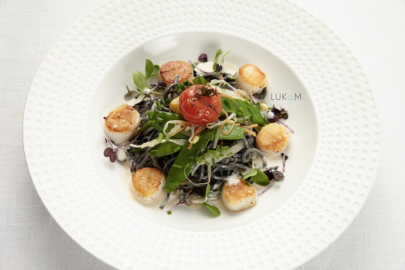Photo Noix de St Jacques fraîches à la plancha, Taglioni à l'encre de seiche, légumes frais, frites.
