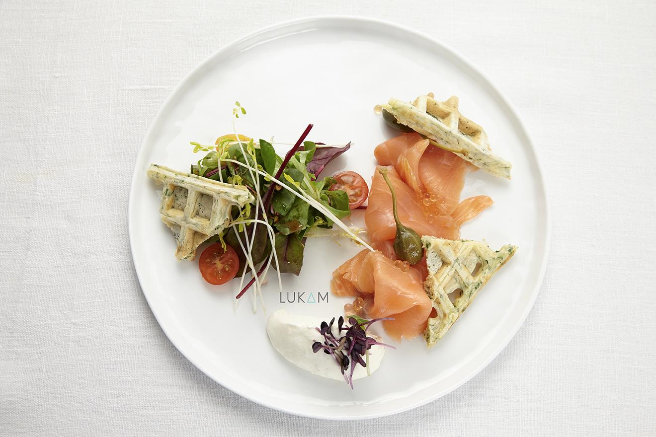 Saumon Fumé, Gauffres Maison aux herbes et chantilly au Raifort d'Alsace, Perles de Saveur